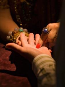 hiromantija gadanie po linijam ruki 225x300 Гадание на руке: бесплатная хиромантия